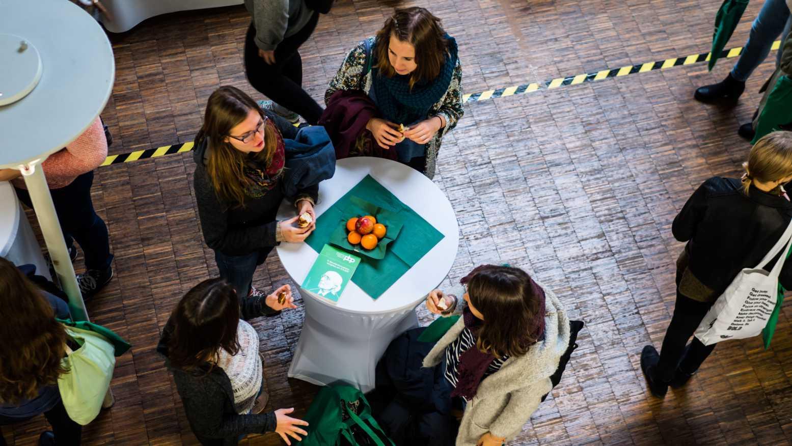 Studenten im Gespräch Berufsonformationskongress 2018